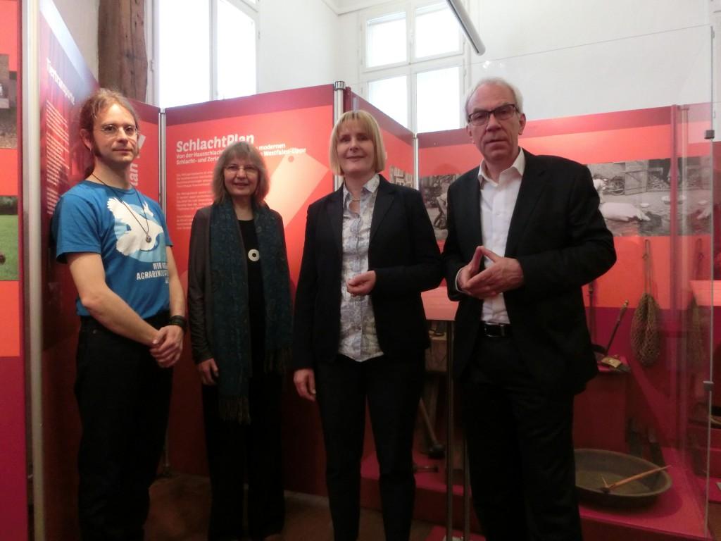 Freuen sich über eine gelungene Eröffnung: Daniel Mooz (Ausstellungsassistenz), Verena Burhenne (Kuratorin); Dr. Ulrike Gilhaus (Leiterin LWL-Museumsamt für Westfalen) und Dr. Rolf Westheider