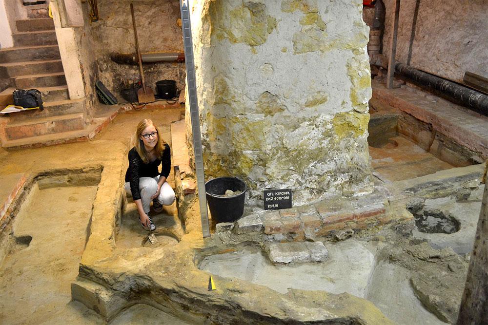Grabungshelferin Rebecca Glaw legt das letzte von insgesamt vier Pfostenlöchern des Holzhauses frei. Foto: LWL/J. Glaw