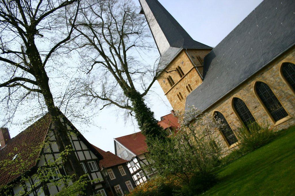 Fachwerkhäuser und die Apostelkirche am Alten Kirchplatz in Gütersloh.